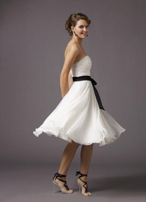 Платье белое с черным ремнем