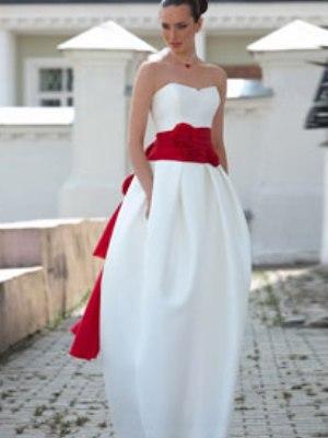 Свадебное белое платье и красный пояс