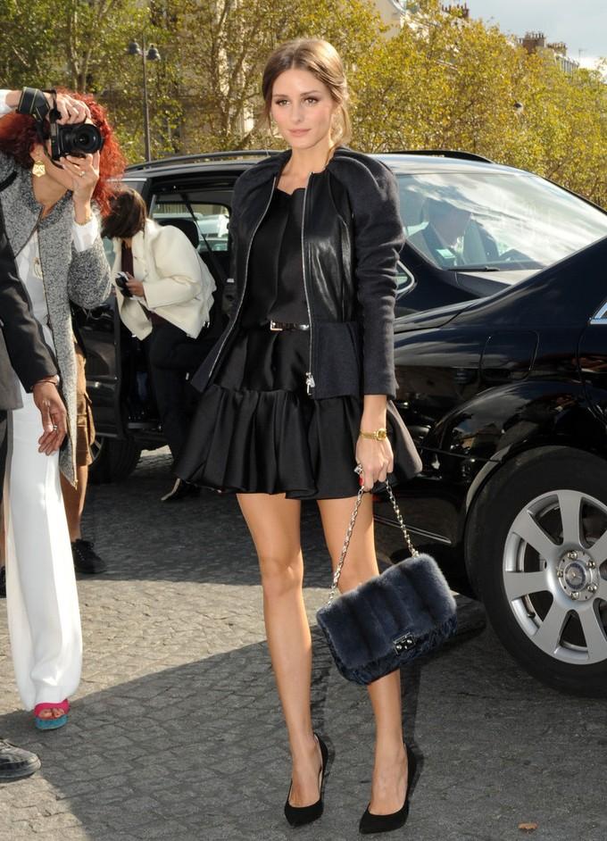 Черное платье и белые босоножки фото