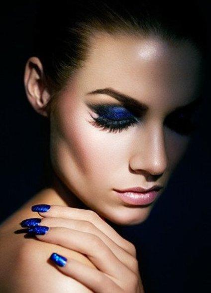Синее платье и какой макияж