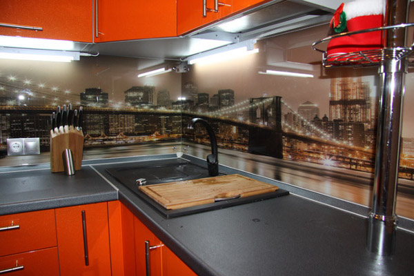 Дизайн кухни с фотопечатью на фартуке фото