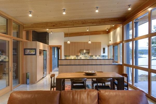 Дизайн гостиной-кухни в деревянном доме