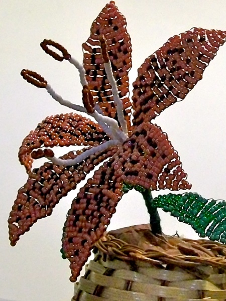 Из бисера можно сплести практически любой цветок.  Тигровая лилия, например, прекрасно украсить стол или станет...