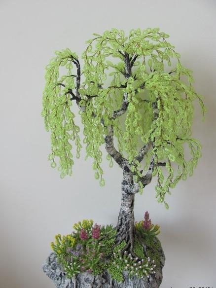 Плетение деревьев из бисера - процесс не простой, но очень занимательный.  А когда видишь результат труда...