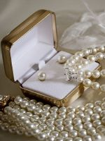 Что подарить на жемчужную свадьбу?