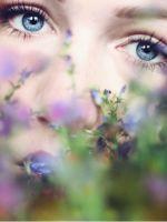 Фотосессия девушки с цветами