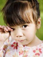 Ребенку в глаза попал песок