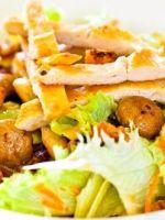 Салат с сухариками и грибами