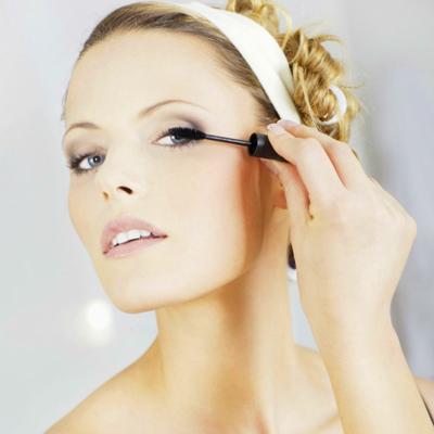 Смотреть Как использовать красные оттенки в макияже глаз видео