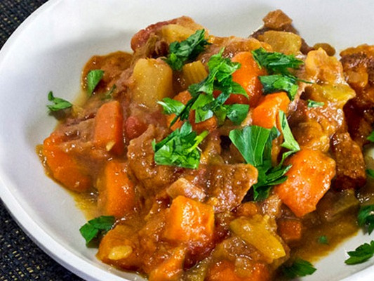 Приготовить тушеные овощи с мясом