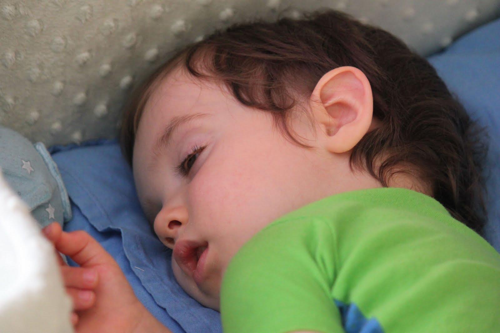 Новорождённый во сне открывает глаза
