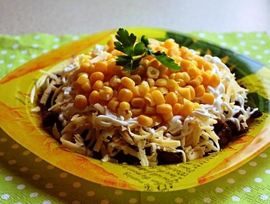 салат с жареными шампиньонами и кукурузой рецепт