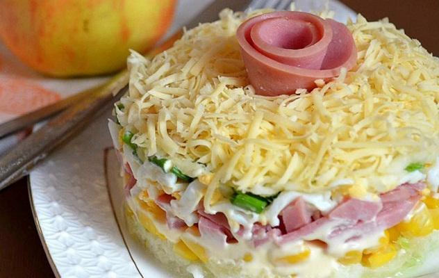 Слоеный салат с ветчиной с фото