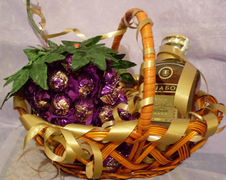 Красиво оформить подарок из конфет 44