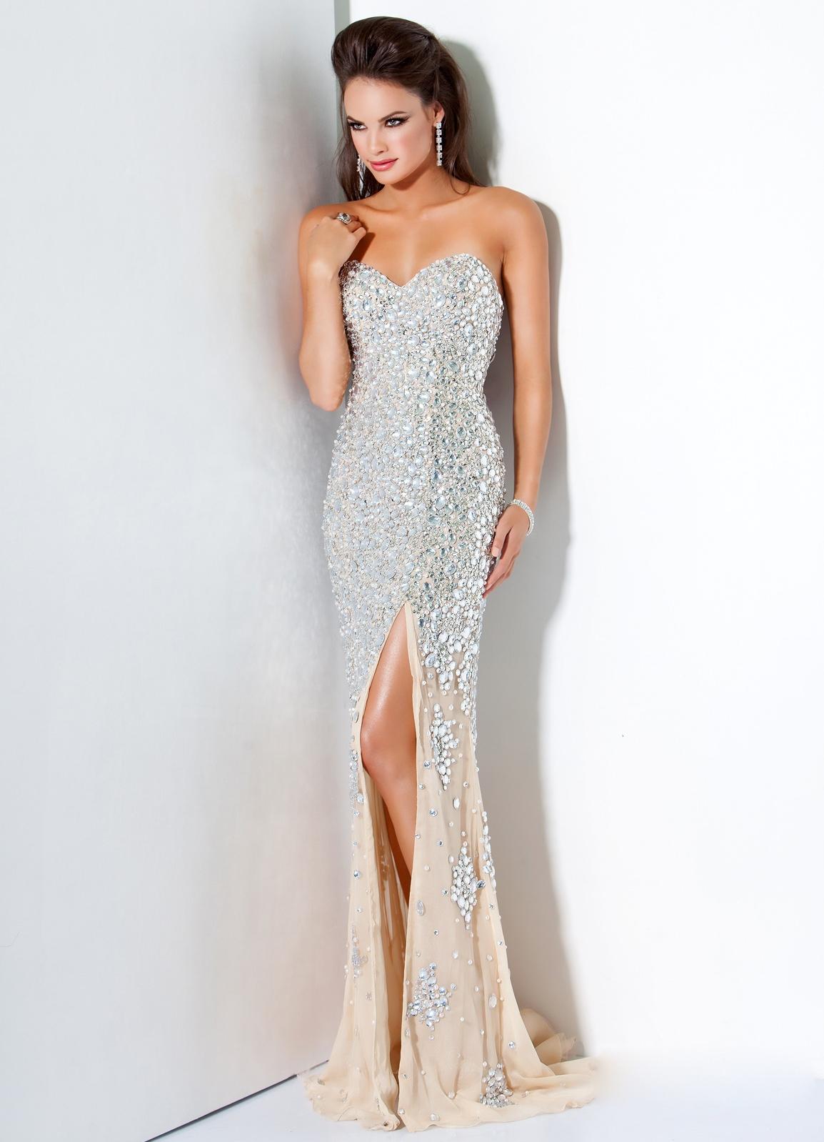 Асимметричные платья на выпускной 2015. Любительницам длинных моделей стилисты советуют в 2015 году сохранять привлекательность и сексуальность в образе