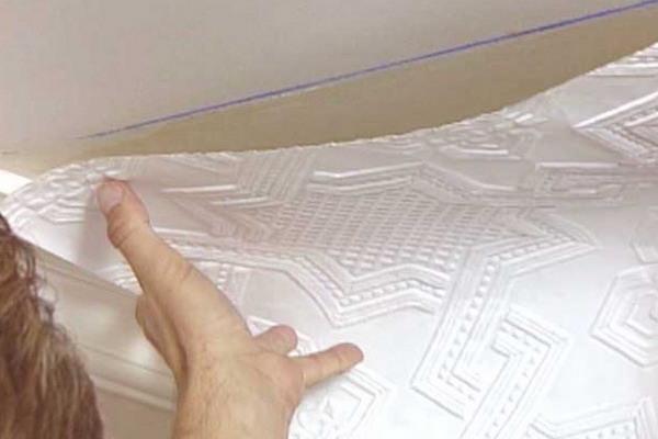 Как клеить обои на потолок своими руками