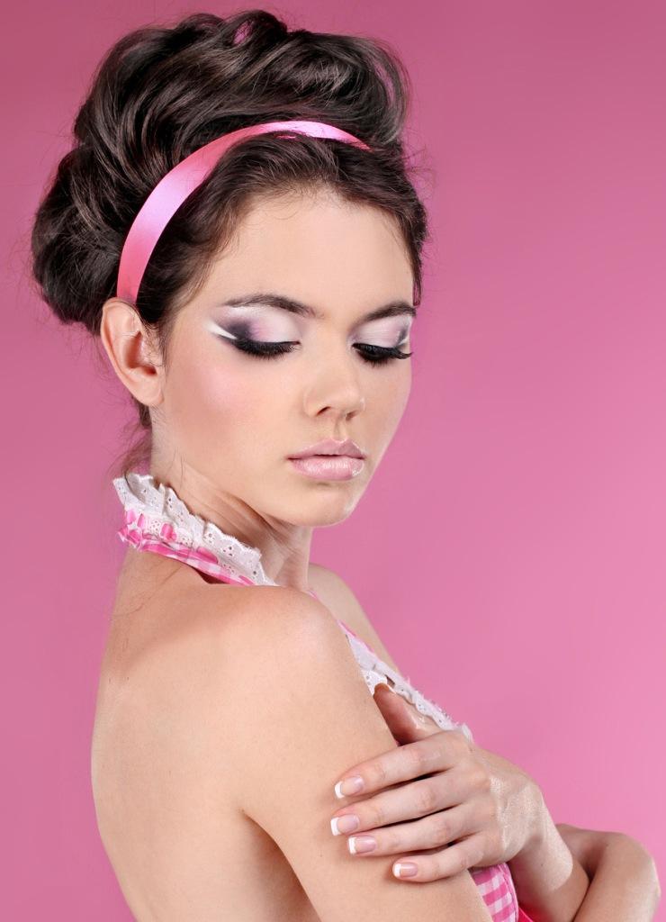 Макияж и прическа под розовое платье