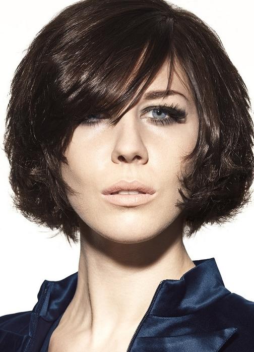 Прическа на густые короткие волосы