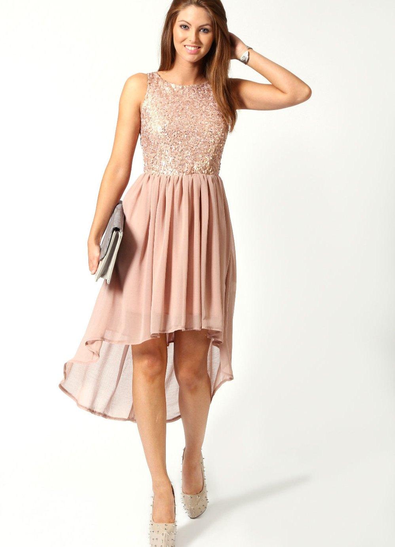 Блондинка в нежно розовом платье