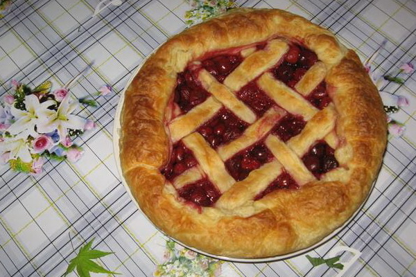 Рецепт пирога из слоеного дрожжевого теста с вишней