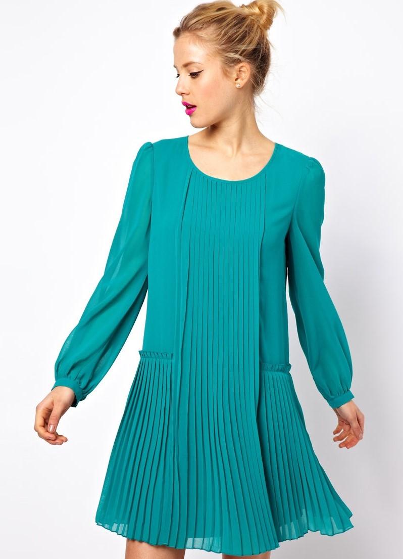 На сегодняшний день в моде платья-плиссе в стиле ампир, с завышенной греческой талией