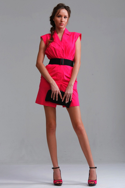 Платье ярко розового цвета