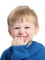 Почему дети грызут ногти на руках?