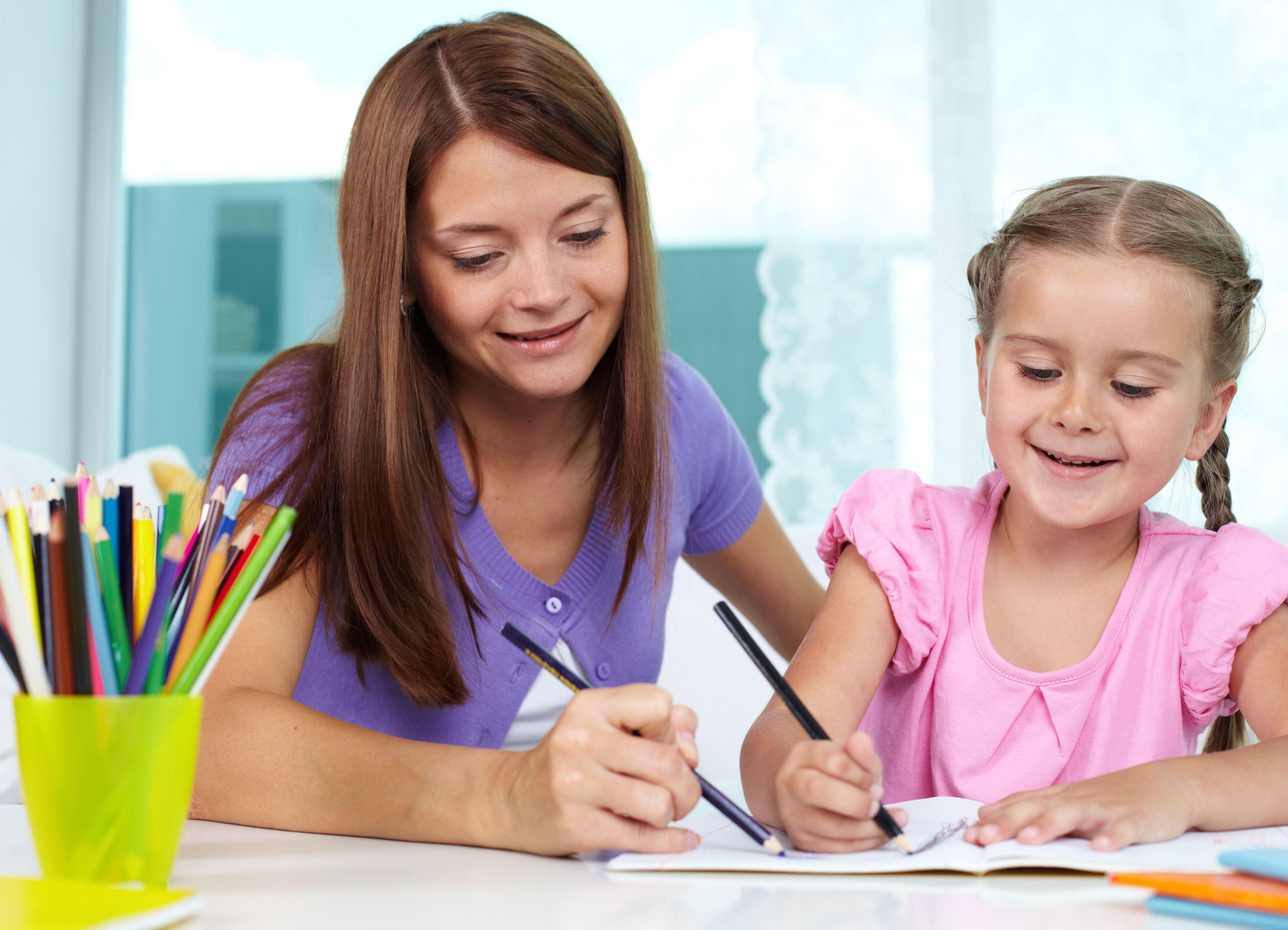 Ребенок рисует черным цветом