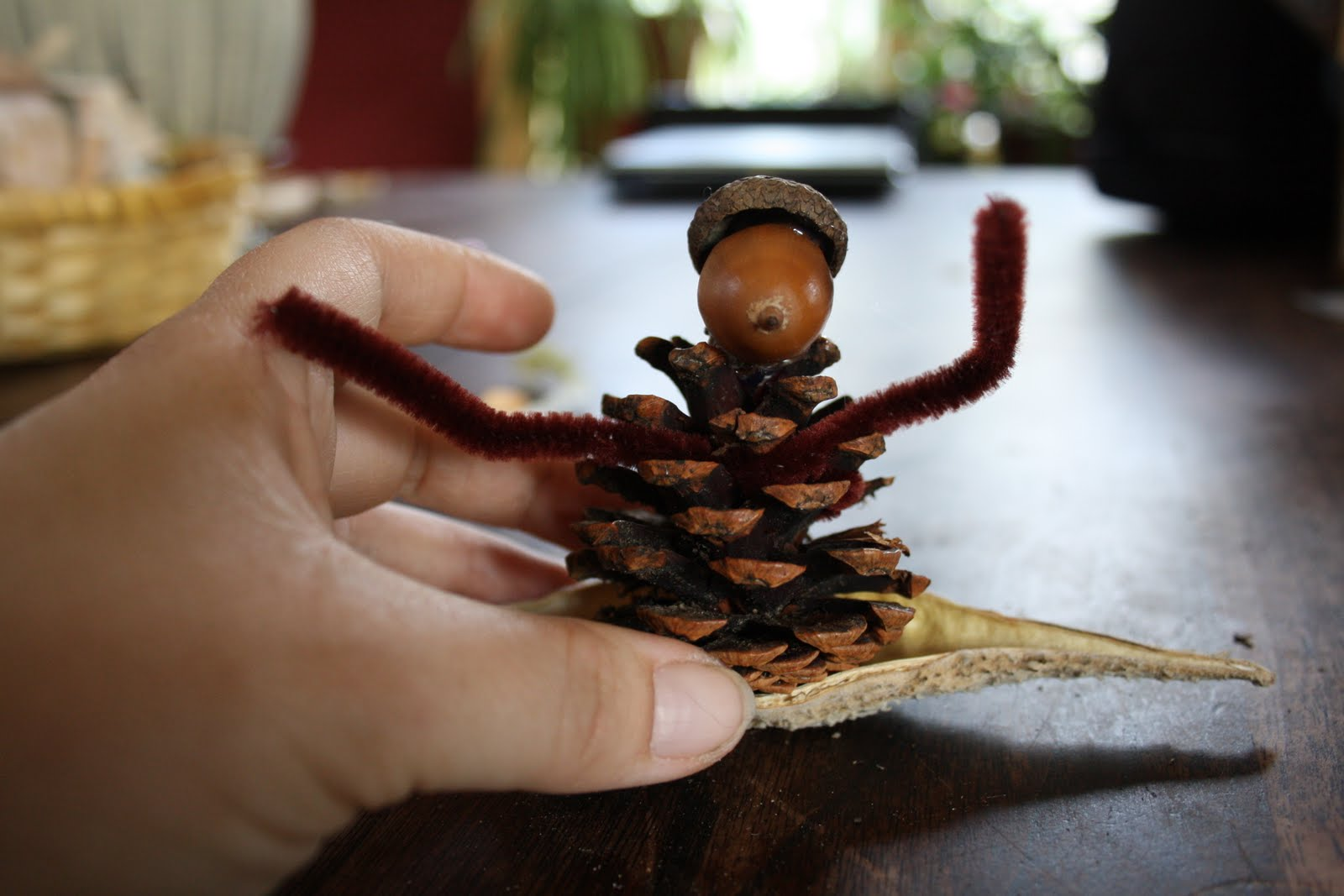 Поделки своими руками из шишек и желудей для детей фото