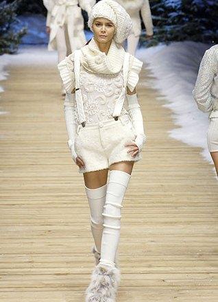Платье вязаное с гетрами белое
