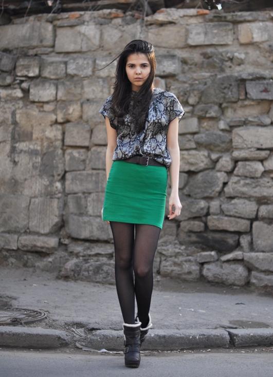 Девушка в самой короткой мини юбке