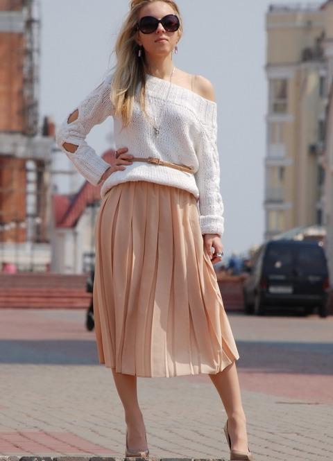 С чем носят плиссированные бежевые юбки