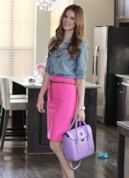 Джинсовая рубашка с розовой юбкой