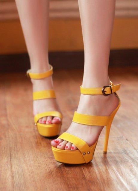 Опытные модницы, отслеживающие последние новинки моды, уже носят босоножки желтого цвета. Начинающие же модницы только интересуются вопросом