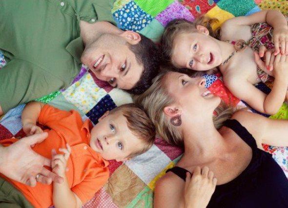 Фото идеи семейной фотосессии с ребенком