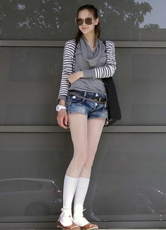 Девушки в шортах и колготках на улице