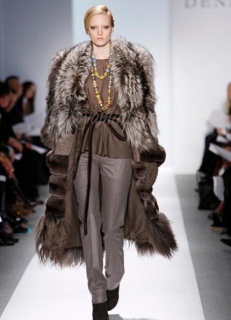 На замену шуб, на модных показах преобладают меховые пальто - легкие, без дополнительного утепления
