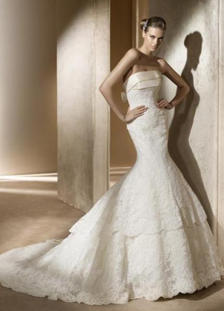 Прямое свадебное платье со шлейфом очень подойдет утонченным и романтическим натурам. Как правило, такие модели не перегружены лишними элементами