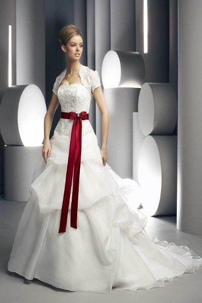 Красная ленточка на свадебном платье может быть тоненькой или широкой. Первый вариант подойдет для короткого наряда или платья в стиле ампир