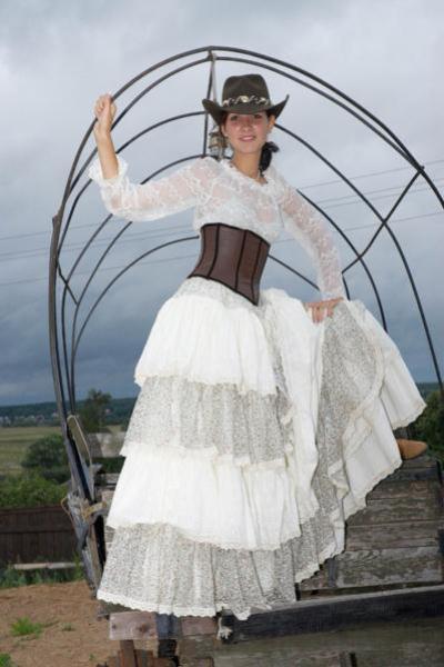Платье на свадьбу в стиле кантри может украшать как фата, так и ковбойская шляпа.  Все зависит только от вашего...