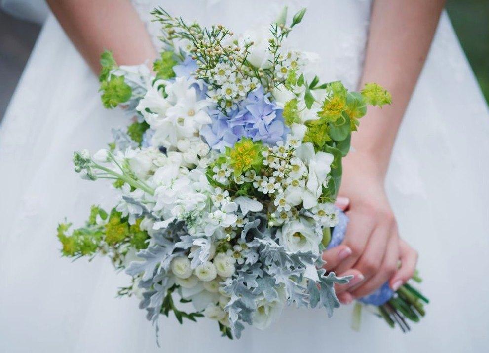 Составной букет. Это самый распространенный свадебный букет 2015 года. Он состоит из нескольких основных цветков примерно одинакового размера