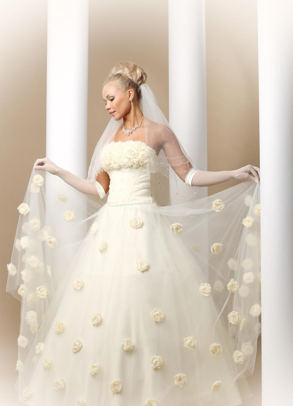 Платья в искусственных цветах фото