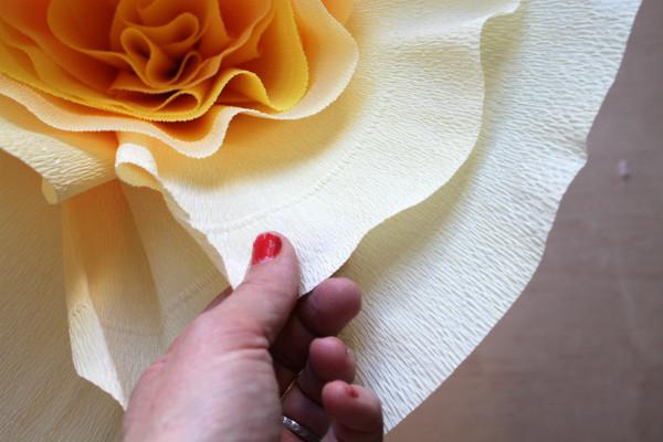 Большие цветы из гофрированной бумаги мастер-класс