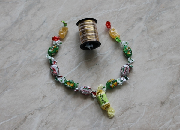 Смотреть Костюм конфетки для девочки своими руками видео