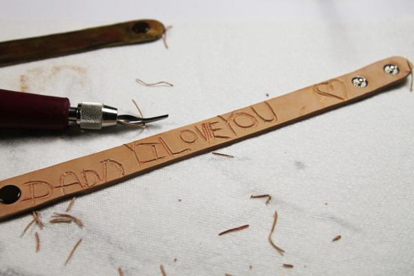 Мужские браслеты с надписями на руку