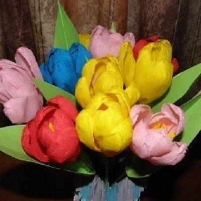 Букет цветов из гофрированной бумаги с конфетами