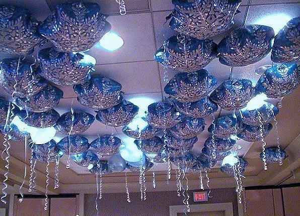 Украшение новогоднего зала шарами 92