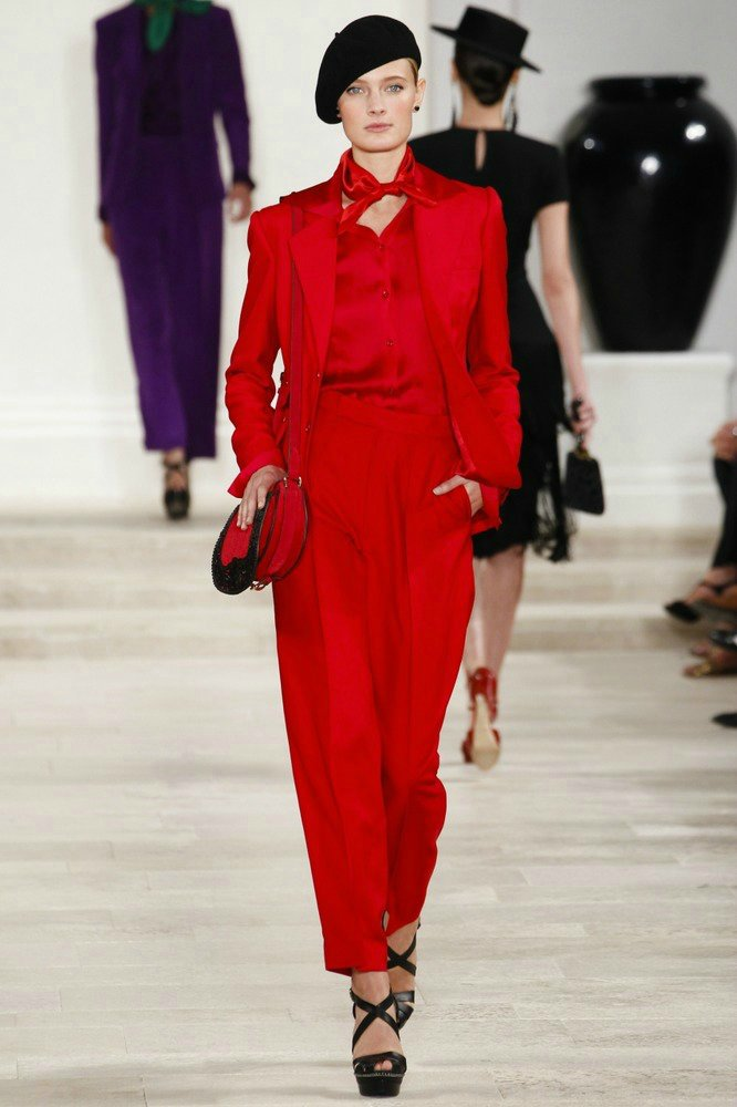 Красный брючный женский костюм