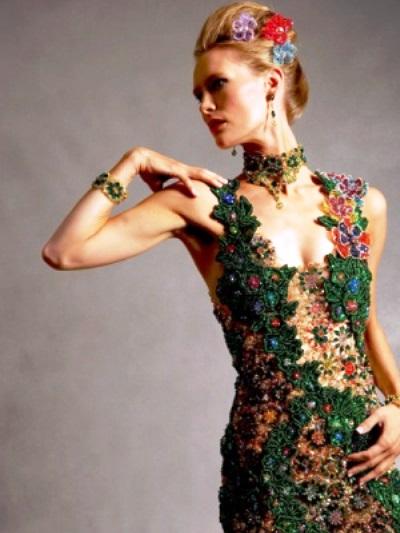 Оригинальные вышивки на платье