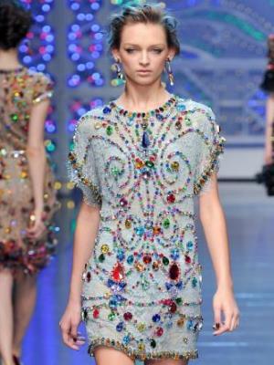Крупная вышивка на платье